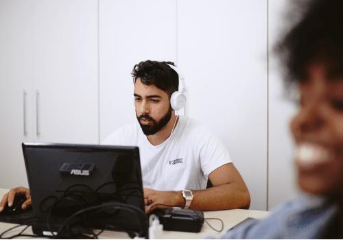 documentação-homem-no-computador