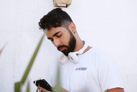 homem-usando-smartphone-oportunidade-de-negocio